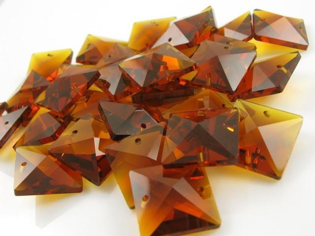 Catena quadrucci cristallo 20 mm - lunghezza 50 cm. Colore ambra - clip ottone.