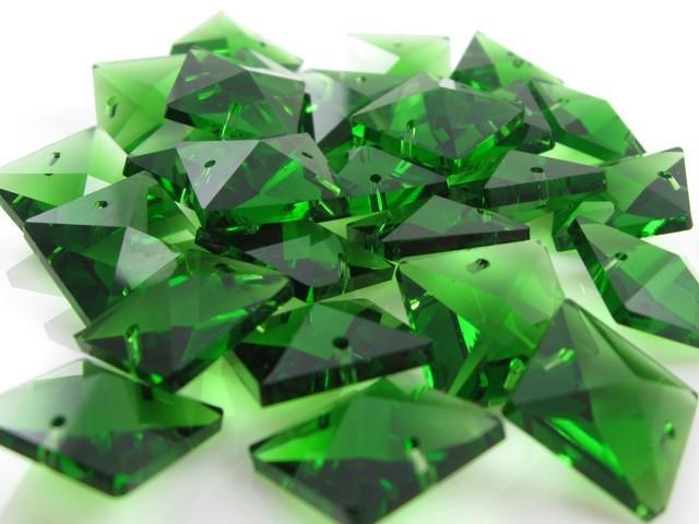 Catena quadrucci cristallo 20 mm - lunghezza 50 cm. Colore verde - clip ottone.