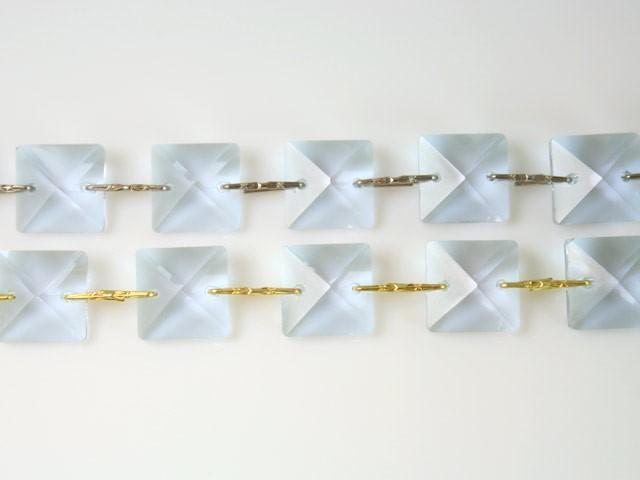Catena quadrucci cristallo 20 mm - lunghezza 50 cm. Colore viola - clip nickel.