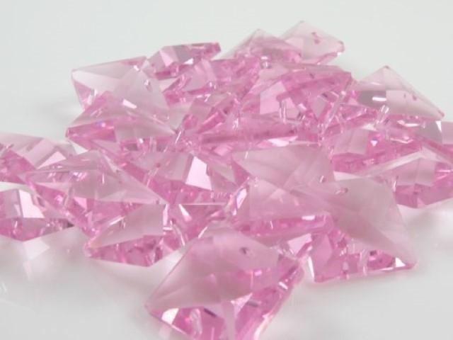Catena quadrucci cristallo 20 mm - lunghezza 50 cm. Colore rosa - clip ottone.
