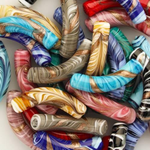 Perla di Murano tubo curvo Fenicio Ø10x48. Vetro bianco, ambra, avorio, topazio e avventurina. Foro passante.