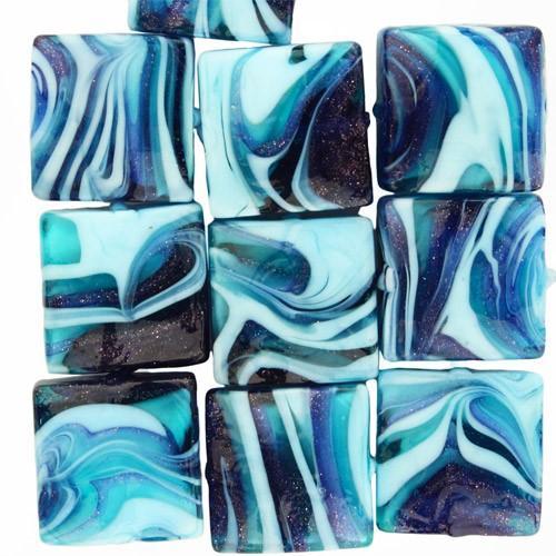 Perla di Murano schissa Fenicio Ø14. Vetro verde marino, blu lapis, turchese e avventurina blu. Foro passante.