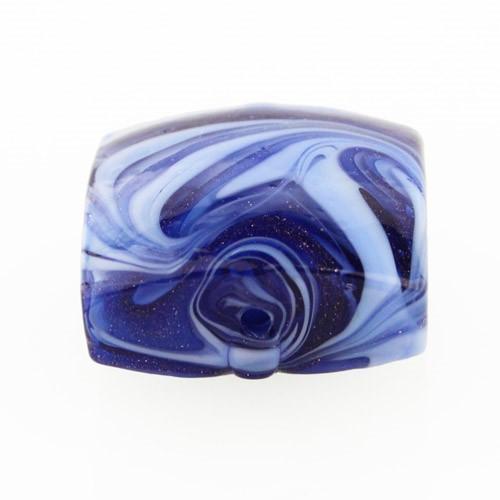 Perla di Murano schissa Fenicio Ø18. Vetro pervinca, lapis e avventurina blu. Foro passante.
