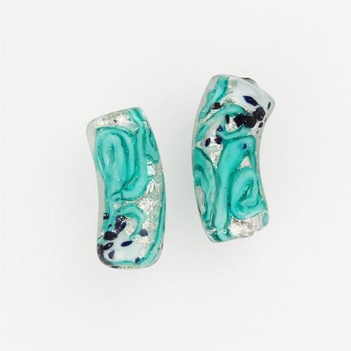 Perla di Murano tubo curvo Medusa Ø9x22. Vetro verde marino, foglia argento e avventurina blu. Foro passante.