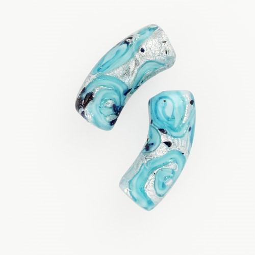 Perla di Murano tubo curvo Medusa Ø9x22. Vetro turchese, foglia argento e avventurina blu. Foro passante.