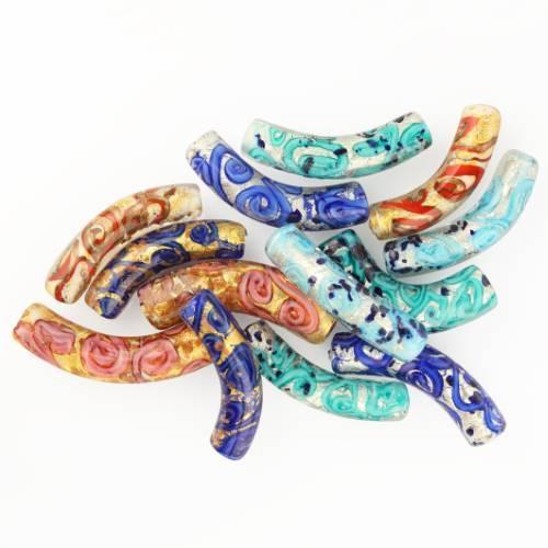 Perla di Murano tubo curvo Medusa Ø9x42. Vetro turchese, foglia argento e avventurina blu. Foro passante.