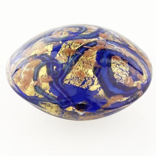 Perla di Murano schissa Medusa Ø30. Vetro blu, foglia oro e avventurina. Foro passante.