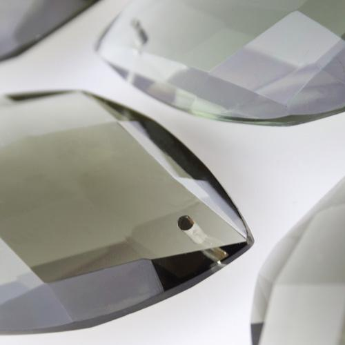 Mandorla in cristallo colorato di Boemia 60 mm grigio. Pendente goccia per restauro lampadari.