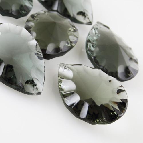 Mandorla in cristallo colorato di Boemia h60 mm grigio scuro. Pendente originale marchio Boemia molato a mano.