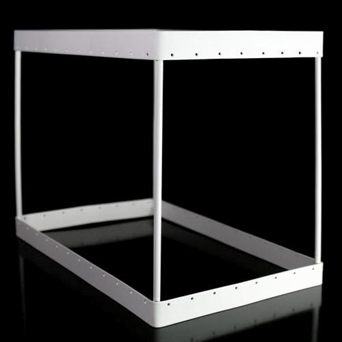Montatura rettangolare verniciata bianca per paralume con cristalli, con 40 fori per catene. Misure cm 22x15 h. 17,5