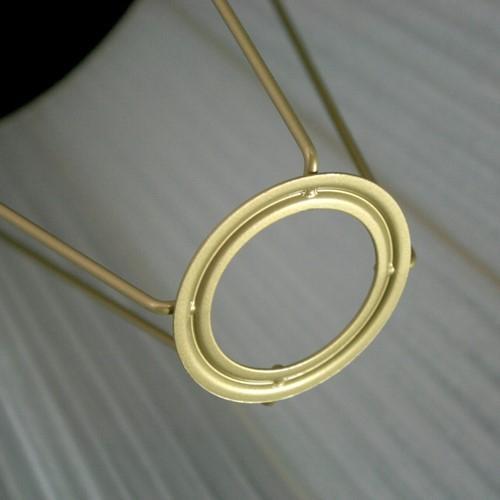 Paralume Ø 36x24x36 cm rivestito da organza avorio. Montatura oro, attacco E27.