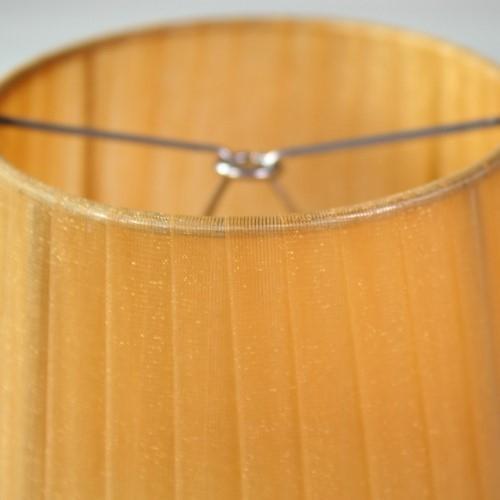 Paralume 14x10x12 cm tronco conico rivestito da organza ambra. Montatura argento attacco a molla.