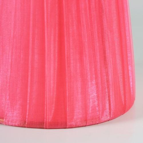Paralume Ø14 Ø10 h12 cm tronco conico rivestito da organza rosa fuxia. Montatura oro a molla.