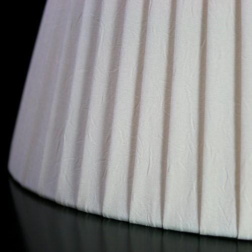 Paralume 25x16x15 cm ovale rivestito in pongè nastrato color avorio. Attacco E14