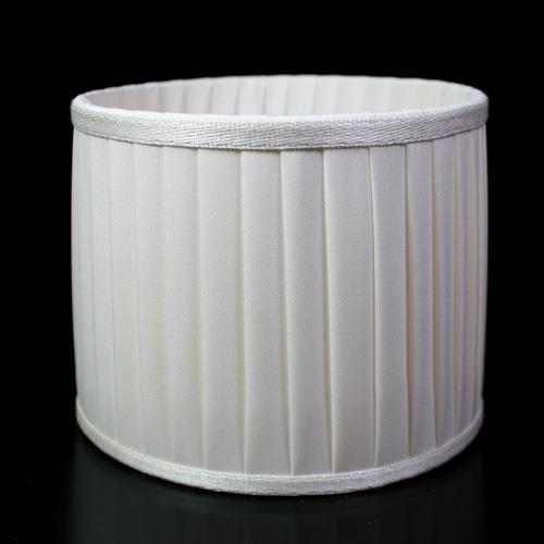 Paralume cilindro rivestito in ponge' color avorio passamaneria tono su tono, 15x12 cm. Attacco E14. Montatura bianca.