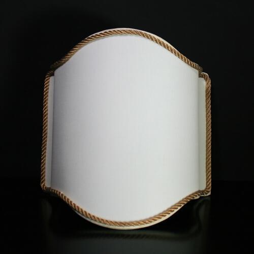 Paralume ventola color avorio con bordura oro, L 26 x h 28 cm.