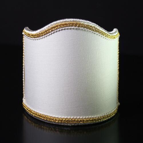 Paralume ventola color avorio con passamaneria oro e bianco.