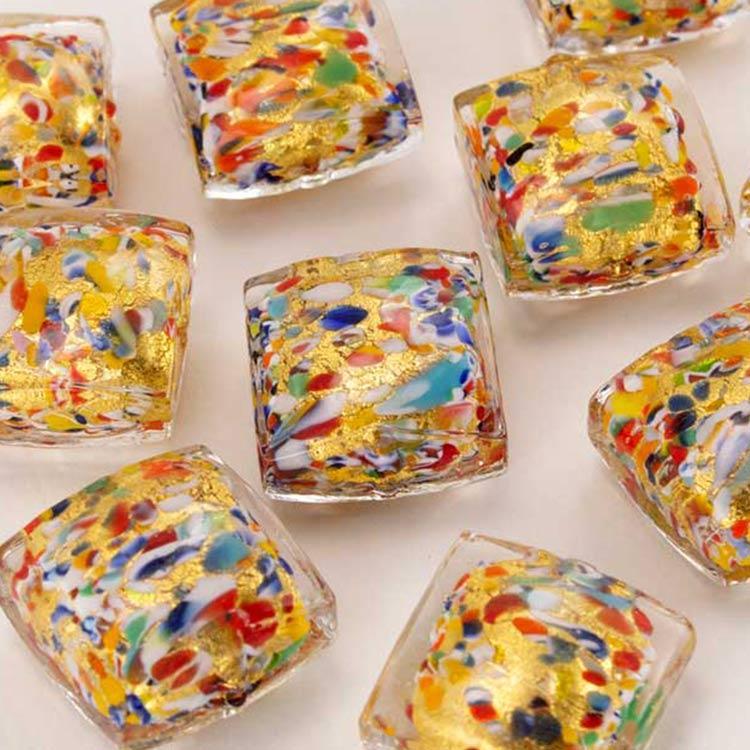 Perla di Murano quadrata per gioielli vetro, disegno puntini multicolor 18 mm. Vetro foglia oro e smalti colorati. Foro passante.