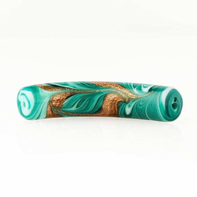 Perla di Murano tubo curvo Fenicio Ø10x48. Vetro verde chiaro, verde acqua, verde scuro e avventurina. Foro passante.