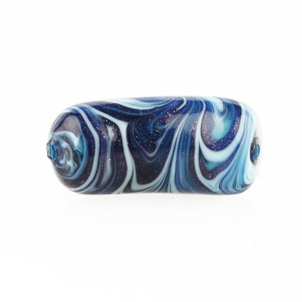 Perla di Murano tubo curvo Fenicio Ø9x23. Vetro verde marino, blu lapis, turchese e avventurina blu. Foro passante.