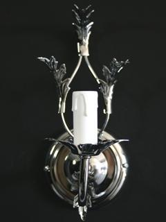Applique ad una luce in ferro cromato con foglie stilizzate