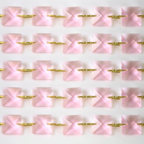 Catena quadrucci cristallo 14 mm - lunghezza 50 cm. Colore rosa - clip ottone.