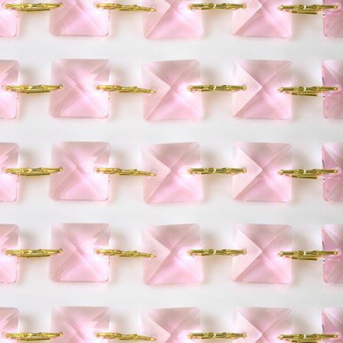 Catena quadrucci cristallo 18 mm - lunghezza 50 cm. Colore rosa - clip ottone.