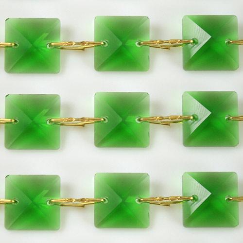 Catena quadrucci cristallo 22 mm - lunghezza 50 cm. Colore verde - clip ottone.