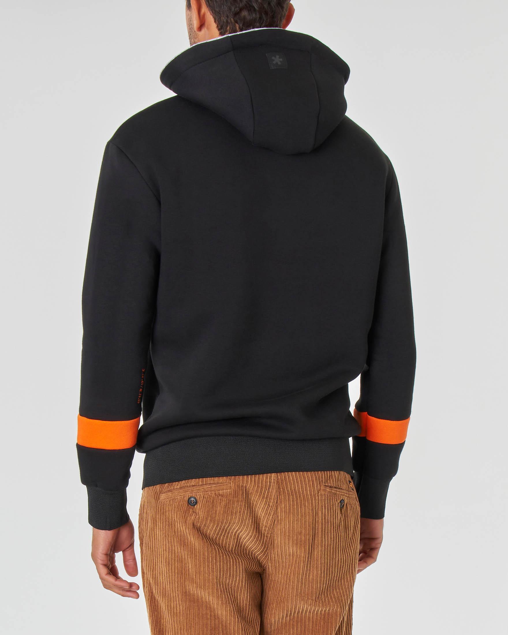 Felpa nera con cappuccio tasche a marsupio e logo arancione in spugna