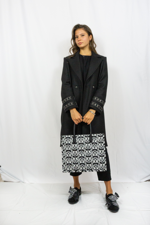 Cappotto nero con dettaglio borchie Atos Lombardini