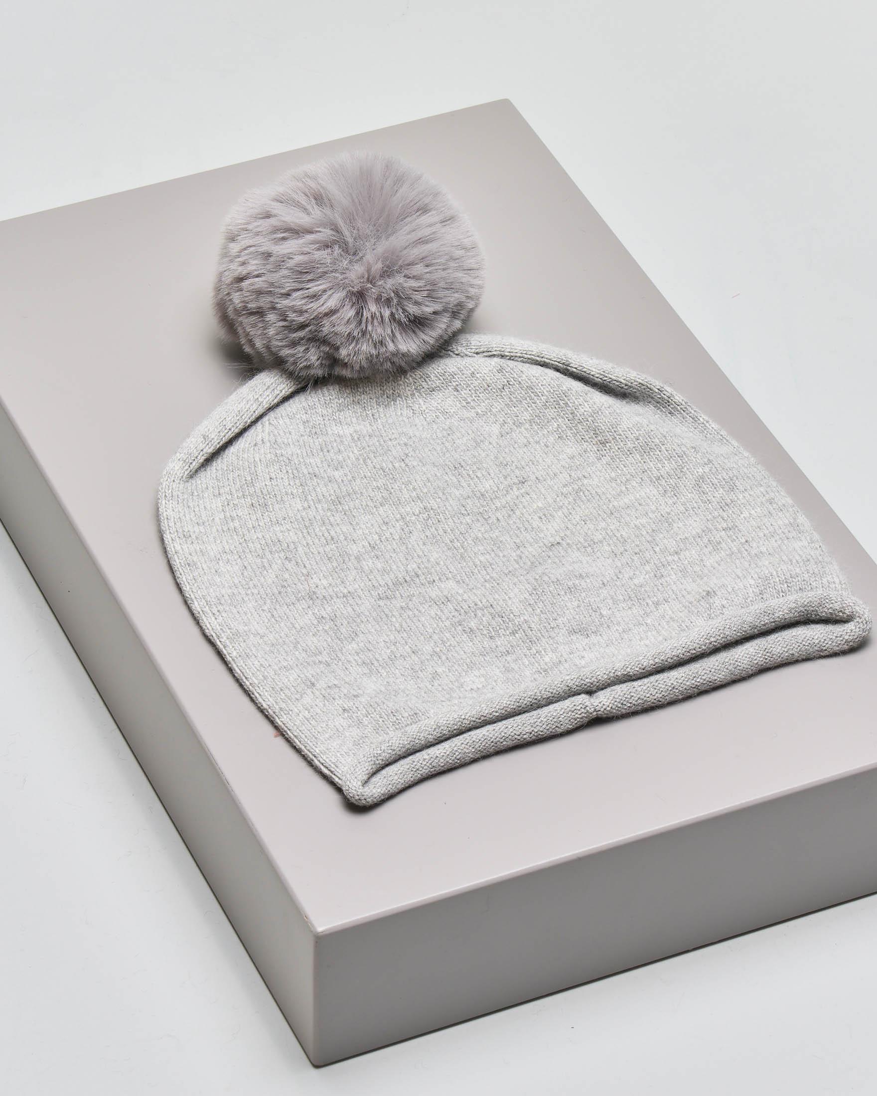 Berretto grigio perla in maglia misto angora con pon pon in ecopelliccia tono su tono