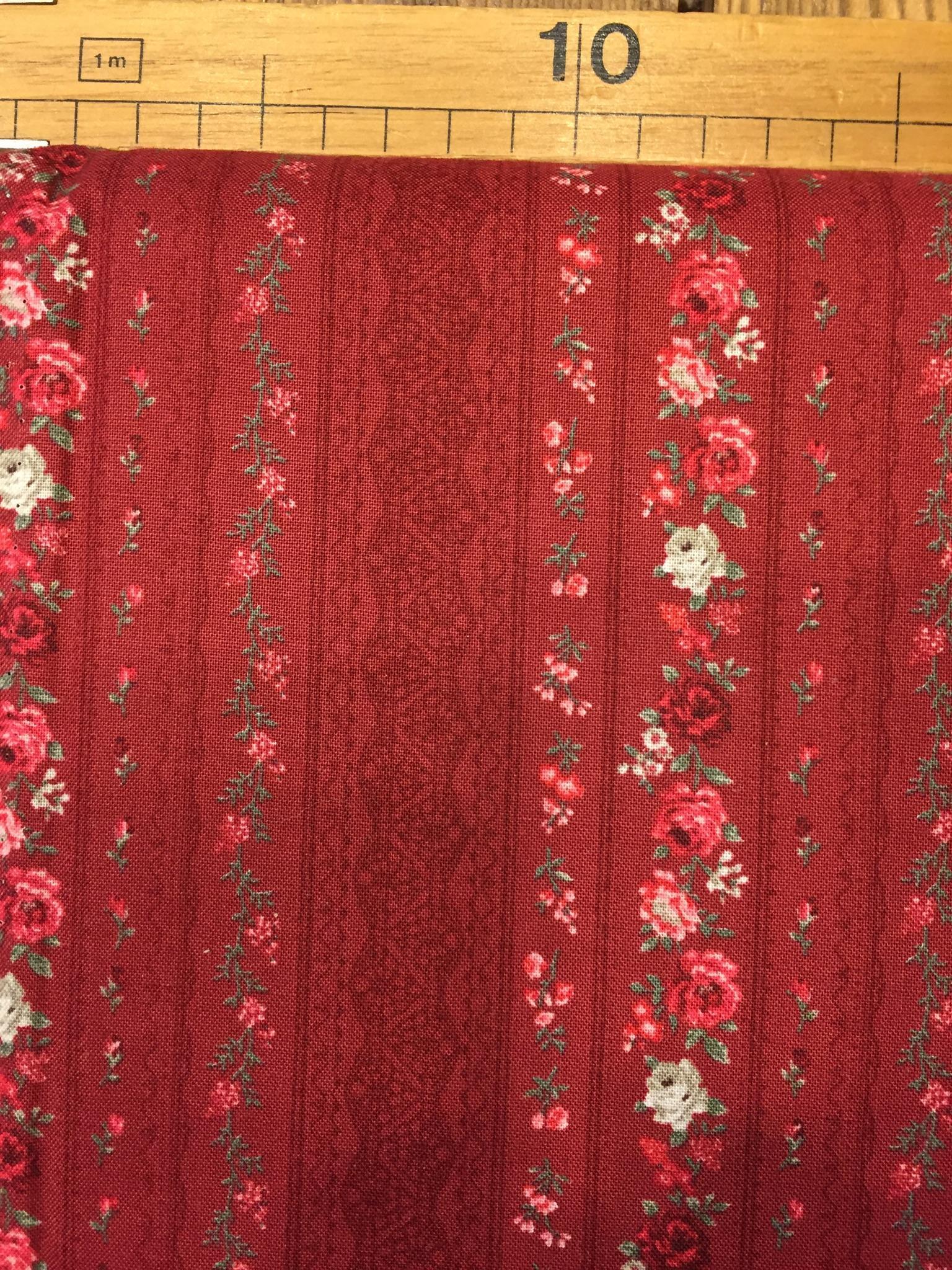 Tessuto americano fondo rosso bordeaux rigato con roselline