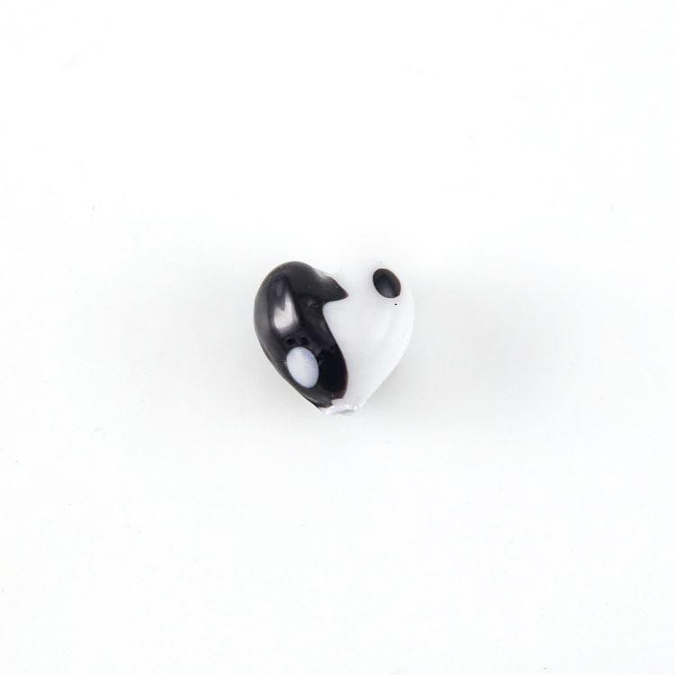 Perla vetro Murano a cuore 10 mm yin e yang. Vetro bianco nero e foro passante