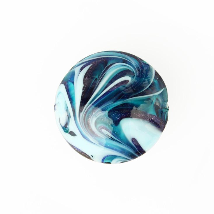 Perla di Murano schissa Fenicio Ø30. Vetro verde marino, turchese, lapis e avventurina blu. Foro passante.