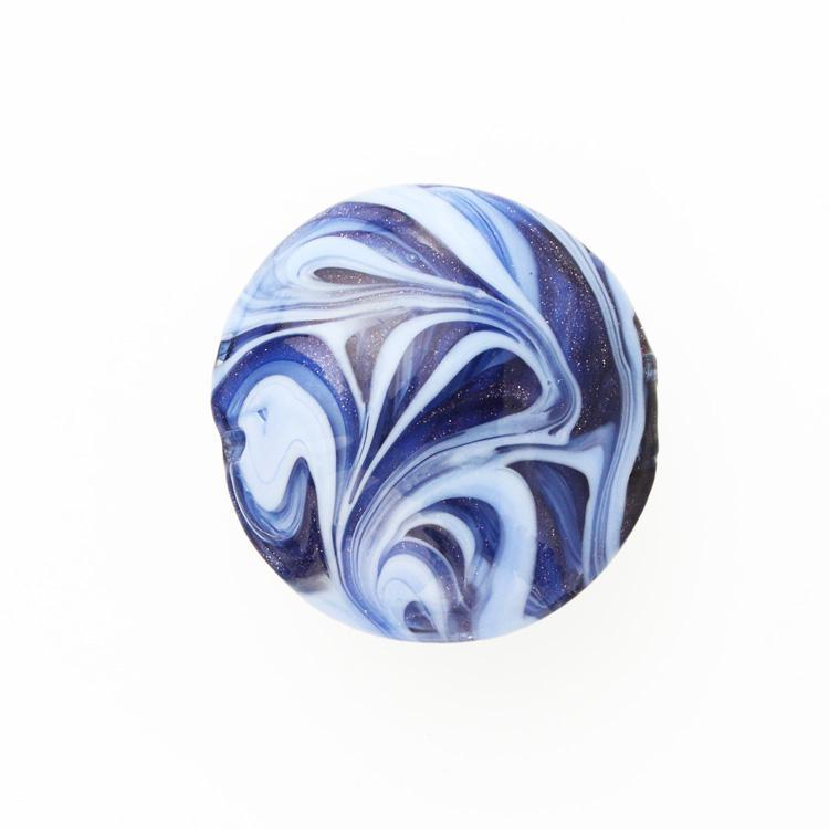 Perla di Murano schissa Fenicio Ø30. Vetro pervinca, lapis e avventurina blu. Foro passante.