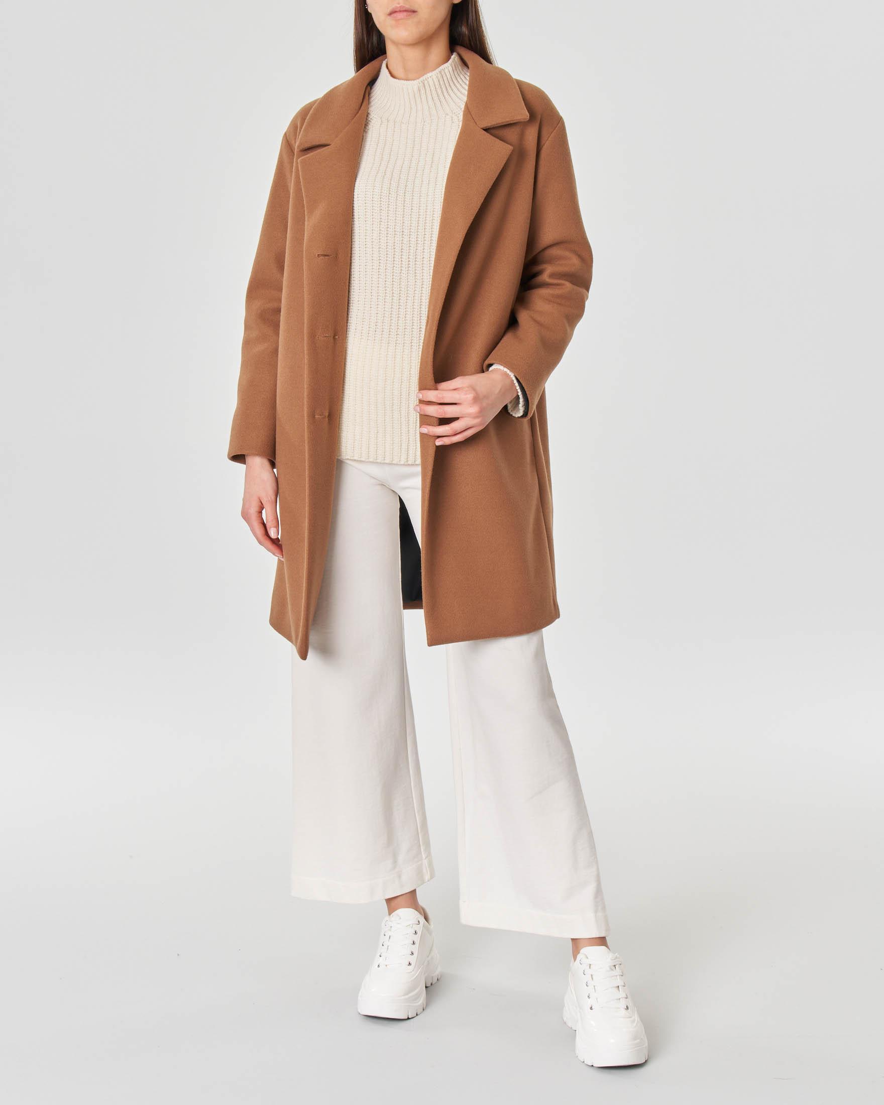 Cappotto color cammello a ovetto con scollo a rever e chiusura a tre bottoni