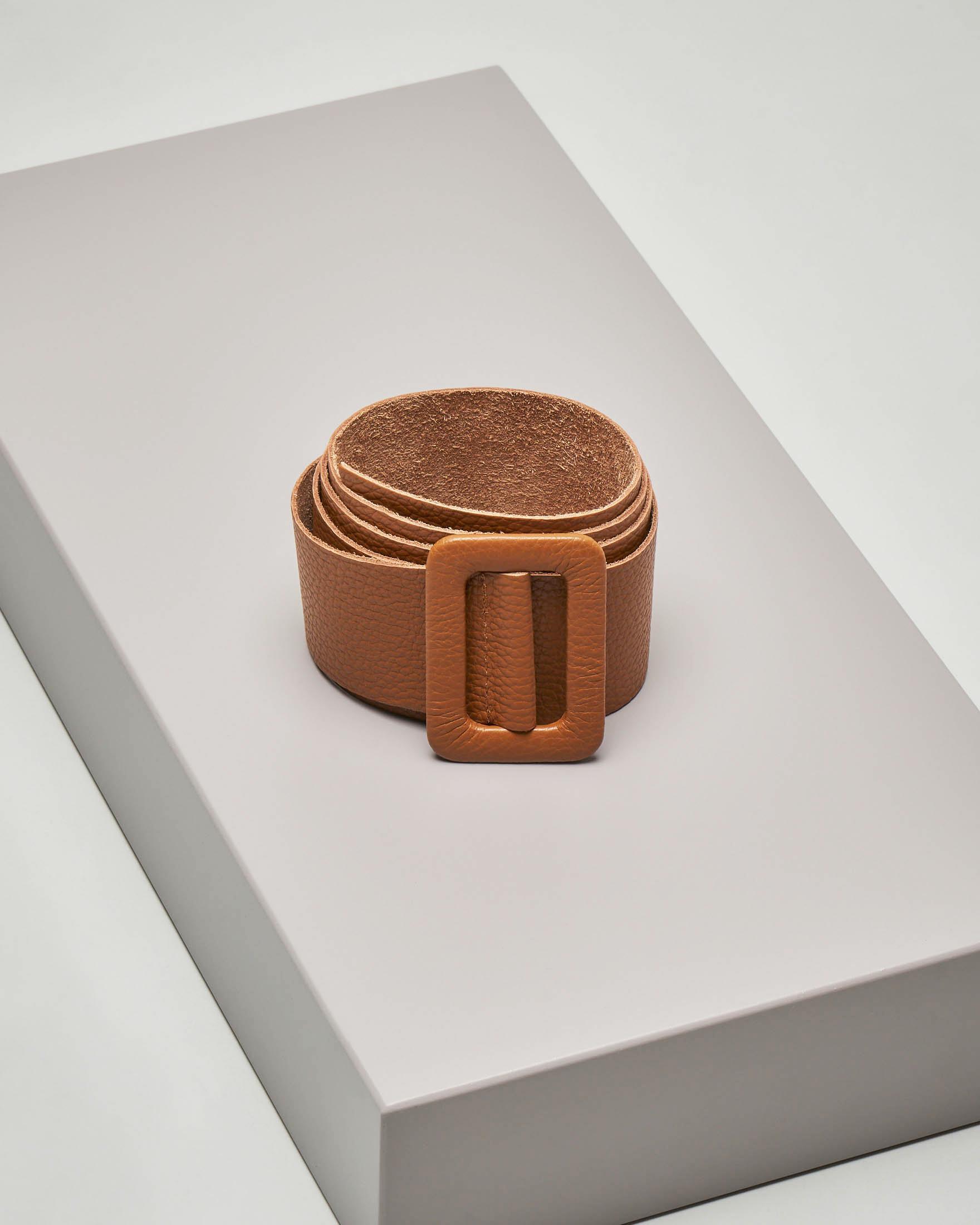 Cintura in pelle liscia color cuoio con fibbia tono su tono