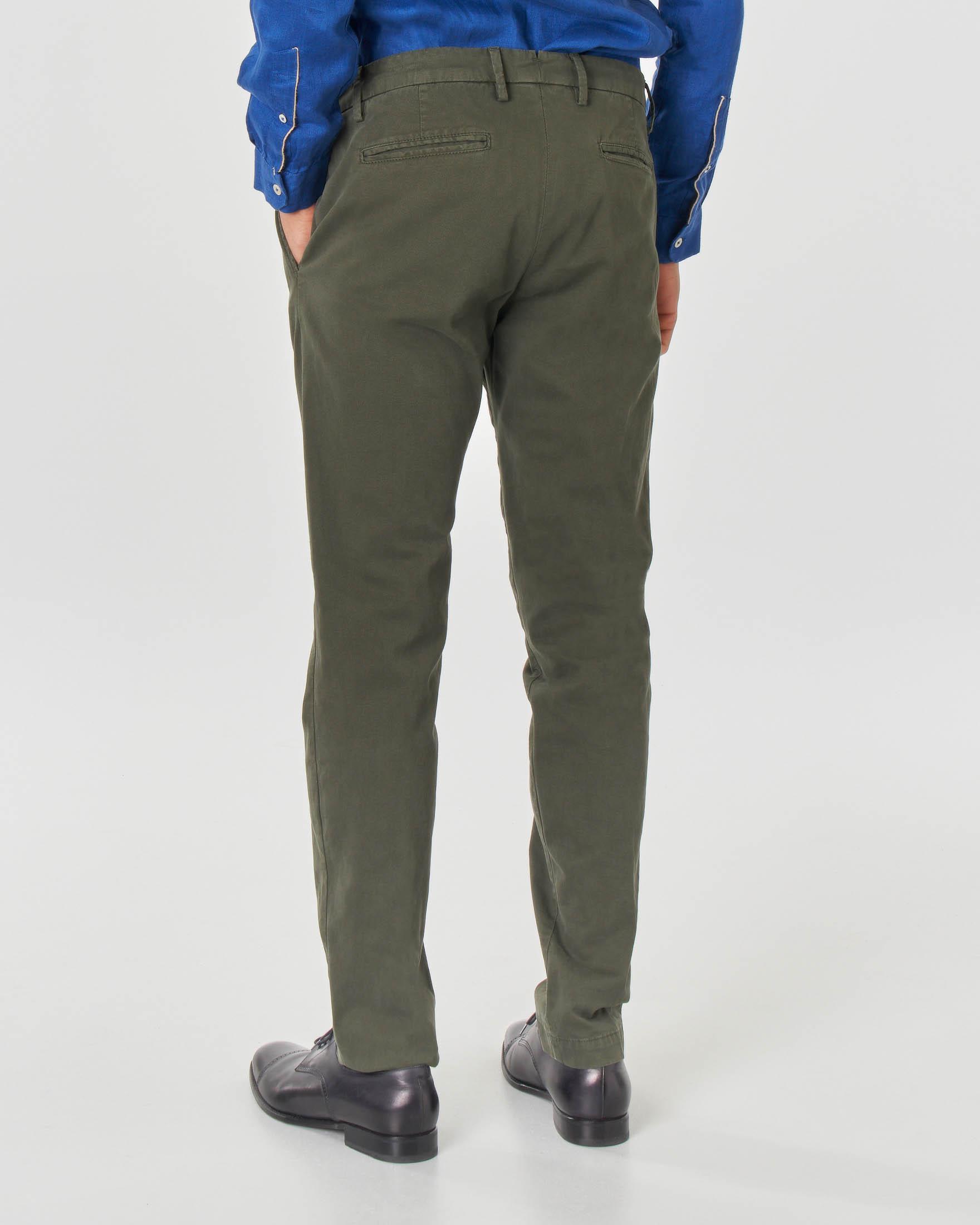Pantalone chino verde militare in cotone stretch micro-armatura con una pinces