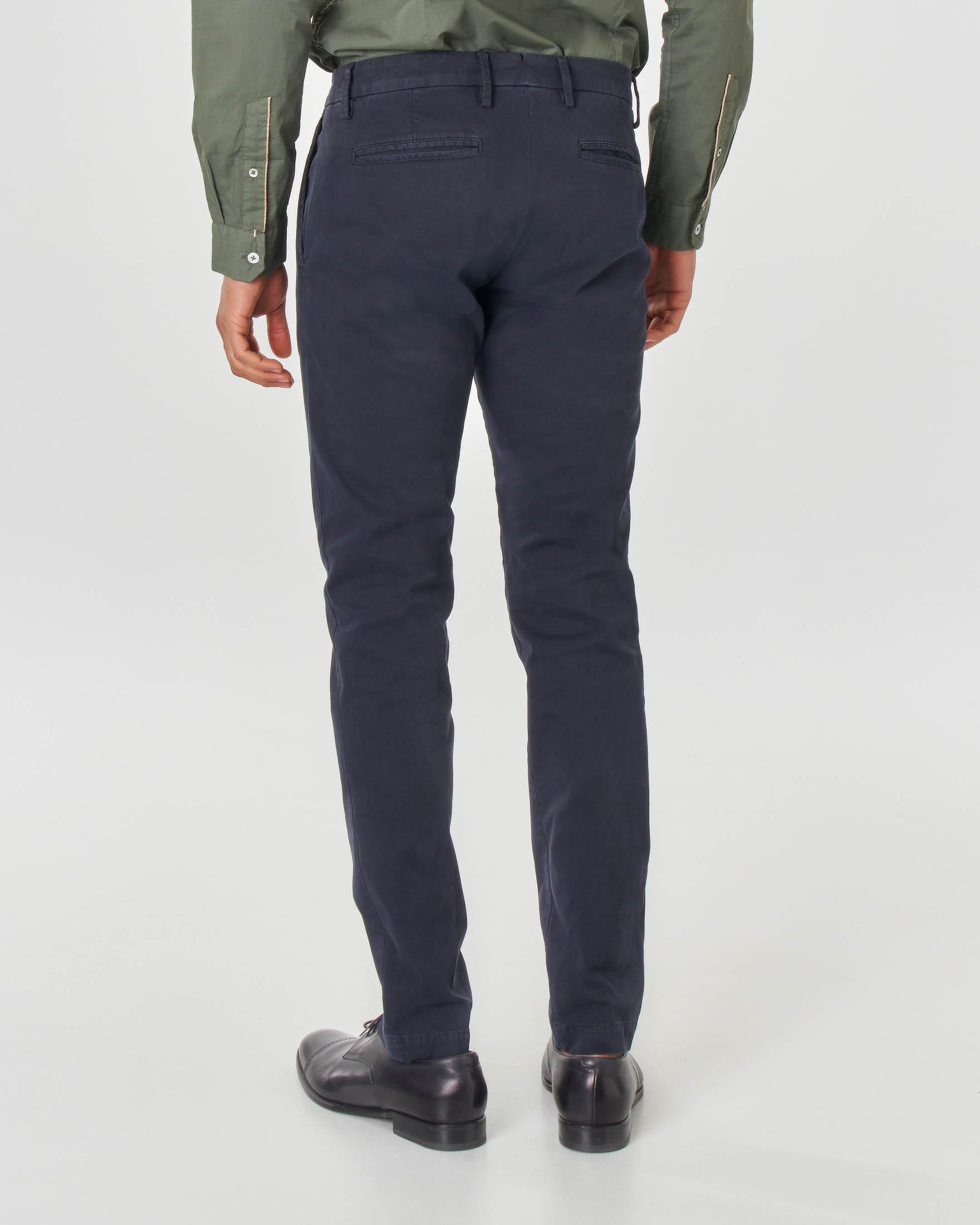 Pantalone chino blu in cotone stretch micro-armatura con una pinces