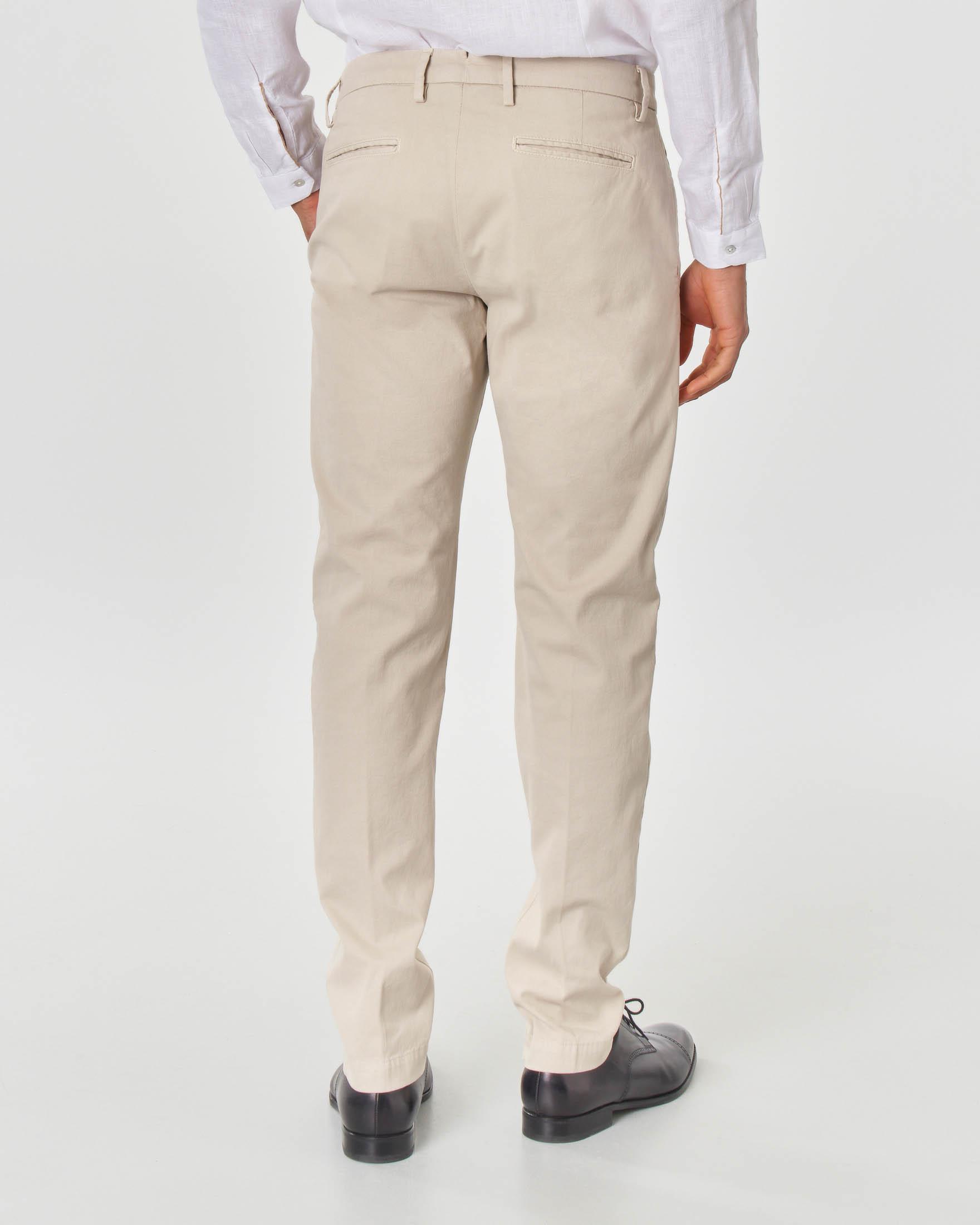 Pantalone chino beige in cotone stretch micro-armatura con una pinces