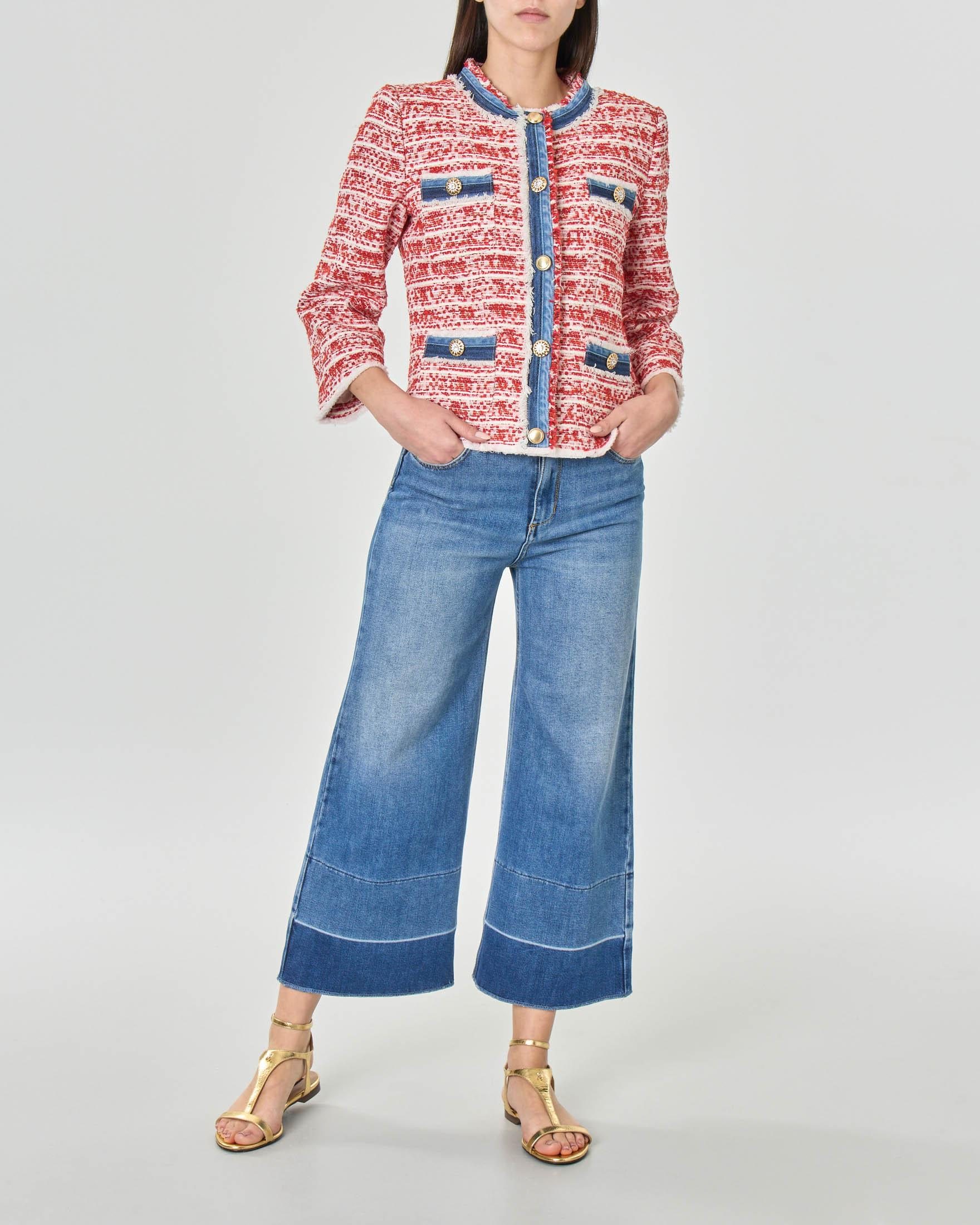 Giacca corta senza colletto in stuoia di misto cotone rosso con profili in denim