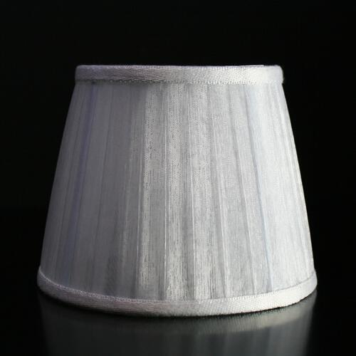 Paralume 14x10x11 cm rivestito in organza nastrato color bianco, bordura bianca. Attacco a molla, telaio bianco