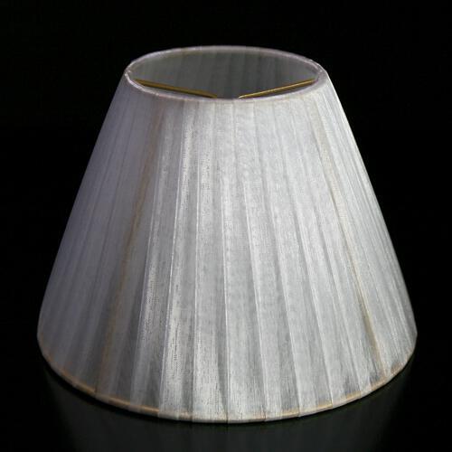 Paralume Ø16 Ø8 h12 cm tronco conico rivestito da velo siena organza bianco. Montatura oro a molla.