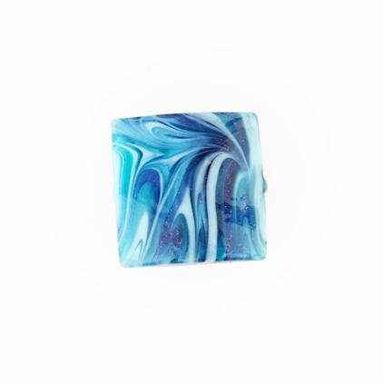Perla di Murano schissa Fenicio Ø18. Vetro verde marino, blu lapis, turchese e avventurina blu. Foro passante.