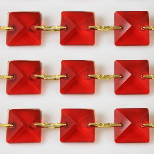 Catena quadrucci cristallo 22 mm - lunghezza 50 cm. Colore rosso - clip ottone.