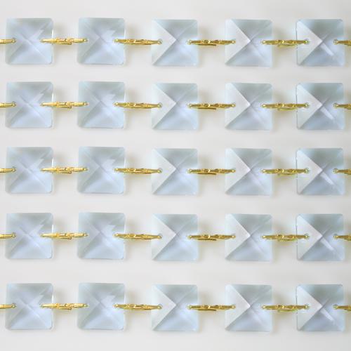Catena quadrucci cristallo 14 mm - lunghezza 50 cm. Colore viola - clip ottone.