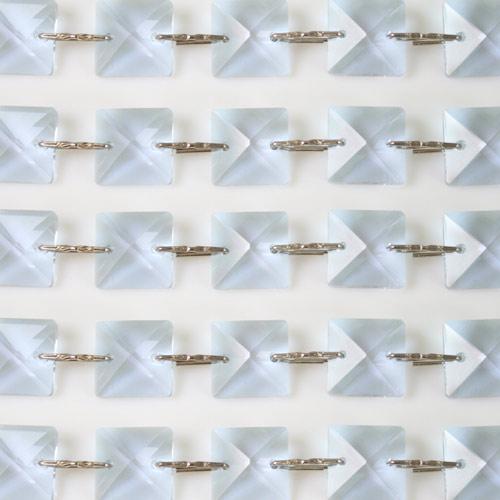 Catena quadrucci cristallo 16 mm - lunghezza 50 cm. Colore viola - clip nickel.