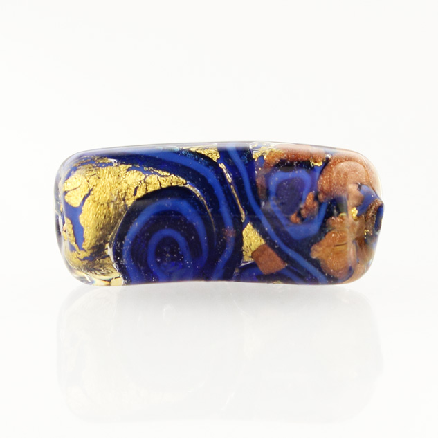 Perla di Murano tubo curvo Medusa Ø9x22. Vetro blu, foglia oro e avventurina blu. Foro passante.