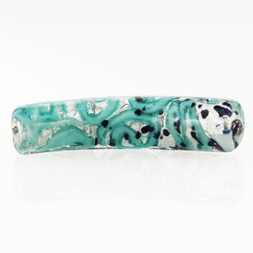 Perla di Murano tubo curvo Medusa Ø9x42. Vetro verde marino, foglia argento e avventurina blu. Foro passante.